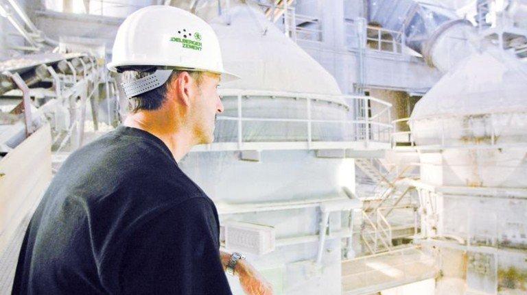 Rohstoff für den Bau: Zement-Produktion im bayerischen Schwarzenfeld. Foto: Mauritius