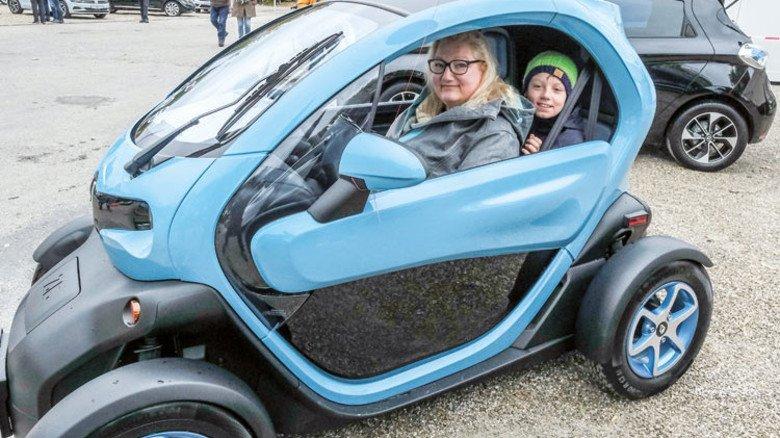 Funmobil: Der Platz reicht für Mutter und Sohn. Nur Scheiben gibt's nicht. Foto: Roth
