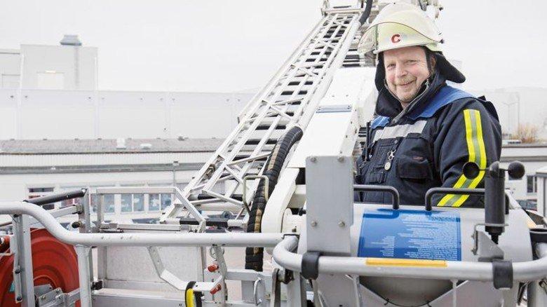 Er hat den Überblick: Thomas Mann auf dem Feuerwehrfahrzeug im Werk Neckarsulm. Foto: Eppler