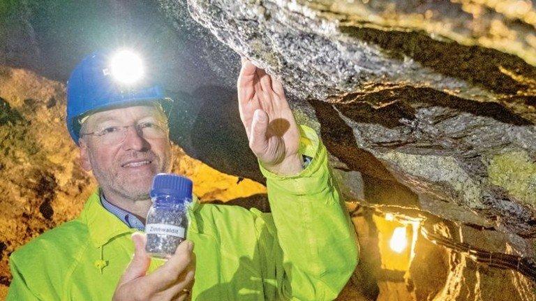 Unternehmer: Armin Müller zeigt Glimmerpartikel, in denen das wertvolle Lithium steckt. Foto: Roth