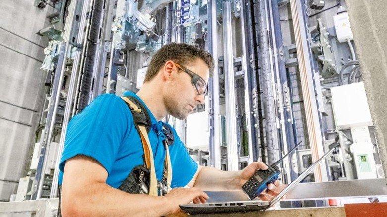 Steuert alles per Notebook: Ingenieur Martin Fetzer gehört zum 25-köpfigen Testteam von thyssenkrupp Elevator in Rottweil. Foto: Roth
