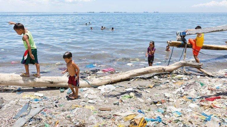 Angeschwemmt: Plastikmüll an einem Strand auf den Philippinen. Der Abfall verteilt sich über die Meere weltweit. Foto: Greenpeace