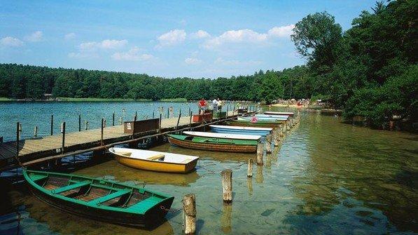 Alternative zum Baden: Ein Boot mieten. Foto: dpa
