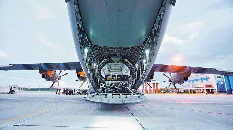 Jede Menge Platz im Rumpf: Das Transportflugzeug kann über seine Heckrampe eine maximale Nutzlast von 37 Tonnen aufnehmen.