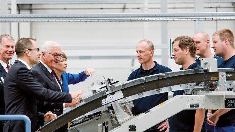 Rundgang: Bundespräsident Frank-Walter Steinmeier in der Montagehalle von PAG. Foto: Werk