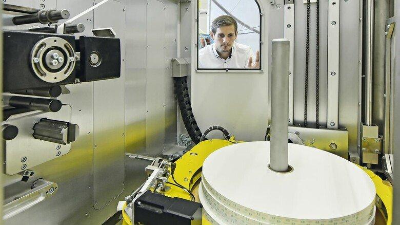 Nachschub: Auf jeder Papierrolle sind rund drei Kilometer Papierstreifen aufgewickelt – genug für 15.000 Trinkhalme.