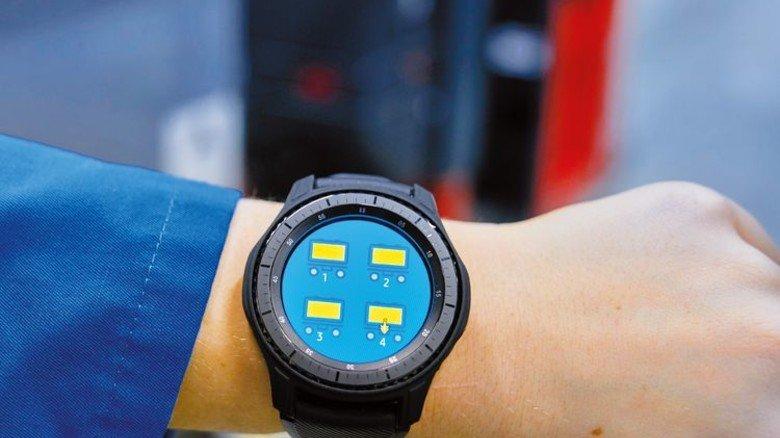 Intelligent: Die Steuerung des fahrerlosen Routenzugs funktioniert per Smart Watch. Foto: Werk