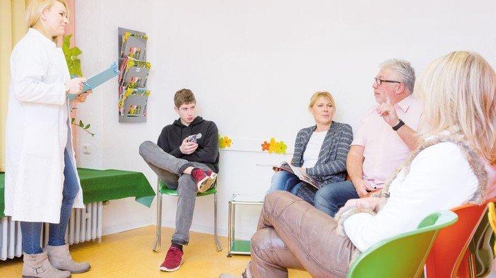 Volles Wartezimmer: Für manche Patienten wird der Arztbesuch zur Geduldsprobe. Foto: Adobe Stock