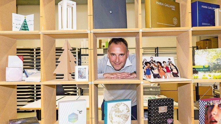 Welche Form darf's denn sein? Geschäftsführer Jakob Kaikkis setzt auf umfassende Beratung, um mit dem Kunden die geeignete Verpackung zu finden.