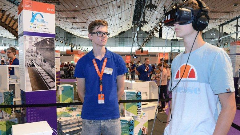 Spannender Einblick: Per VR-Brille erlebt der Schüler eine Wellpappenmaschine.