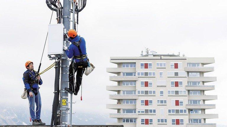 Montage eines 5G-Sendemasts: So wie hier in der Schweiz wird bald auch bei uns die neue Technik installiert.