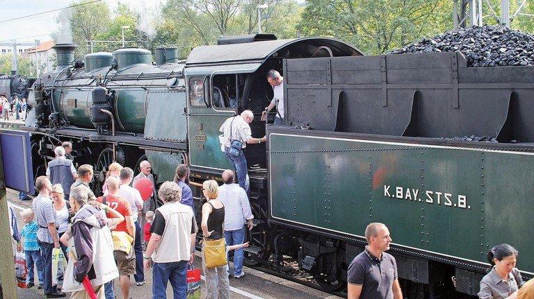Volldampf: Eisenbahn-Fans können in historischen Zügen mitfahren und sogar dem Lokführer über die Schulter schauen.