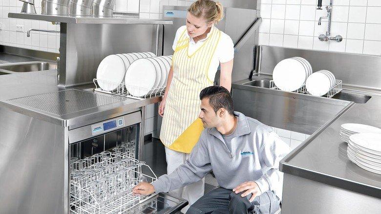 Beim Kunden: Ein Servicemitarbeiter zeigt, wie man die Spülmaschine richtig bedient.
