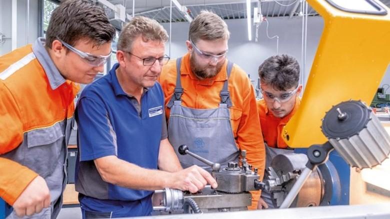 Aufmerksame Zuhöhrer: Ruwen Seibert, Johann Miller und David Ahmeti (von links) mit Ausbilder Andreas Jakubik. Foto: Roth