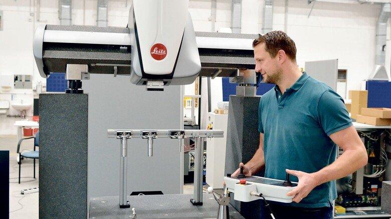 """Neuester Coup: Mit der Messmaschine """"Leitz PMM Gold"""", die Produktionsleiter Robert Knobloch hier bedient, möchte Hexagon zusätzliche Märkte erschließen."""
