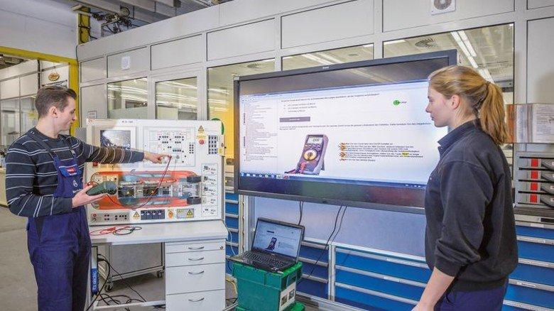 Saubere Pkws: Azubis in Bremen werden für die Produktion von E-Autos geschult. Foto: Werk