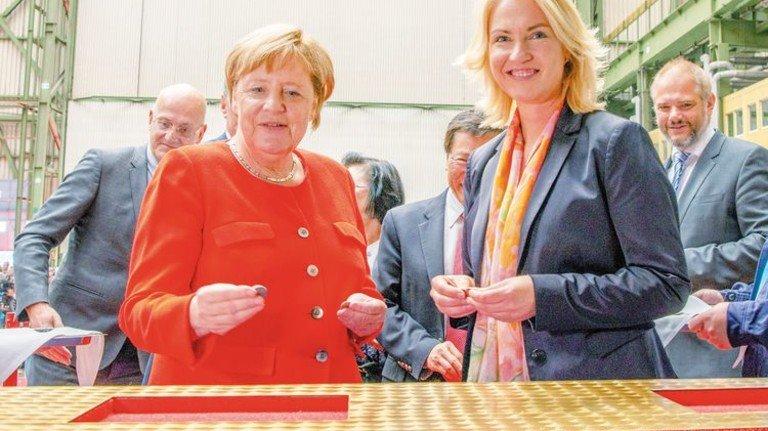 Zu Gast bei MV Werften: Angela Merkel und Ministerpräsidentin Manuela Schwesig. Foto: Sebastian Krauleidis/MV Werften