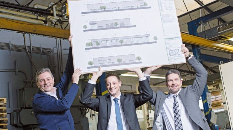 Sie haben was vor: Der damalige Betriebsleiter Reiner Dörmbach, Sohn und Prokurist Sebastian Dörmbach sowie Geschäftsführer Rüdiger Uhlitz mit dem Neubau-Plan (von links). Foto: Moll