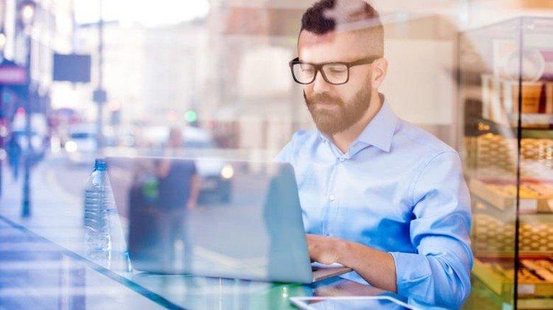 Arbeiten, wo und wann man will: Moderne Technik macht's möglich. Foto: Halfpoint - stock.adobe.com