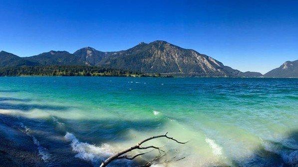 Beeindruckende Sicht: Strand und Berge in einem Panorama.  Foto: Adobe Stock