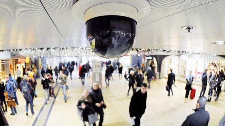 Kamera im Kölner Hauptbahnhof: 6.000 davon hat die Bahn bundesweit installiert. Foto: dpa