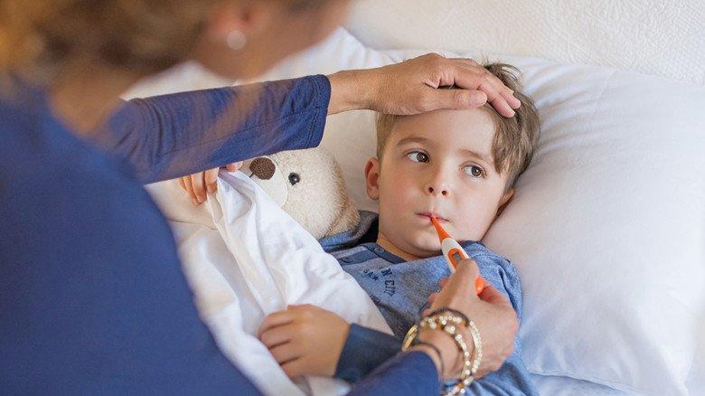 Krank zu Hause: Wenn Kinder gepflegt werden müssen, bleibt meistens ein Elternteil daheim.