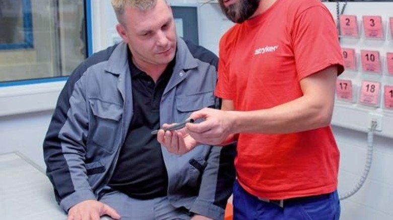 Austausch: Boris Arp (links) mit seinem Kollegen Chaidar Soulko. Foto: Mischke