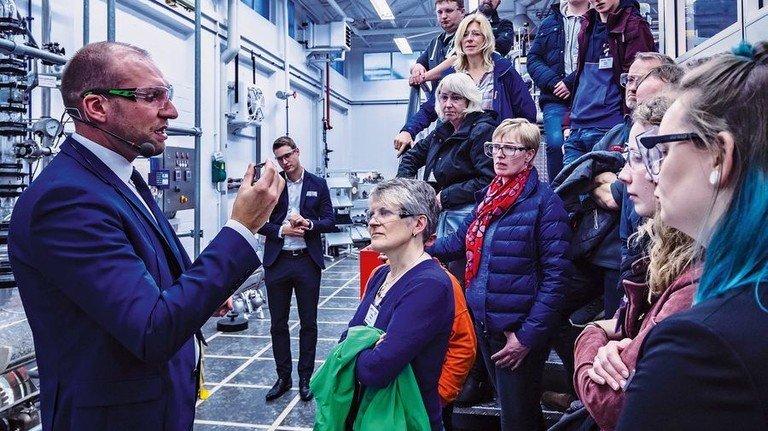 Spannender Vortrag: Besucher beim Bremer Unternehmen Gestra. Foto: Gestra