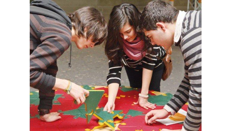 Probieren, bis es passt: Auch beim Puzzeln mit bunten Fläche kann man mathematische Zusammenhänge begreifen.