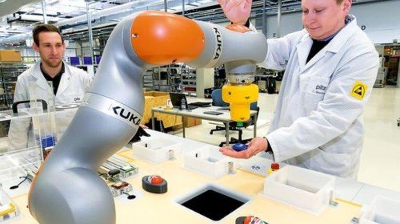 Sanfter Helfer: Christoph Goschurny (rechts) und Heiko Böhringer testen einen Roboter. Foto: Mierendorf