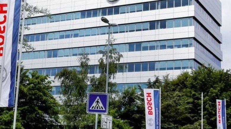 Bosch in Hildesheim: Wo früher Millionen Autoradios vom Band liefen, werkeln Mitarbeiter nun am vernetzten Pkw. Foto: Ullstein