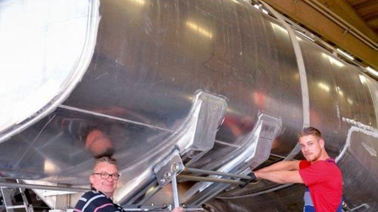Tankfertigung: Azubi Christoph Faber arbeitet mit seinem Vater Herbert Bethge. Foto: Scheffler