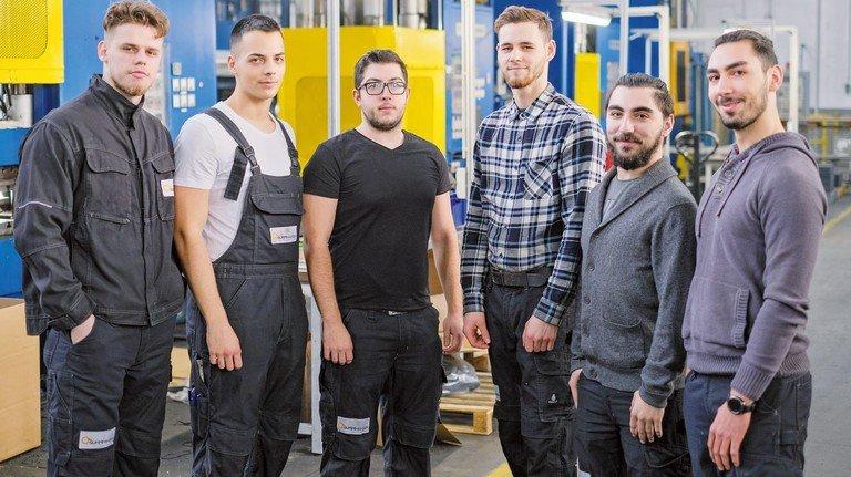 Stolze Auszubildende: Kasan Alushi, Oliver Mertens, Cetin Dogukan, Alexander Izer, Onur Topcu und Burak Topcu (von links).