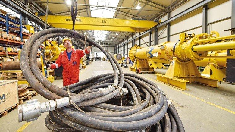 Stabile Verbindung: Dan Pauls mit Schläuchen für die Hydraulikversorgung der Rammen.