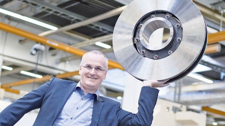 Patentiert: Firmenchef Jörg Nuttelmann mit neuartiger Bremsscheibe. Foto: Moll