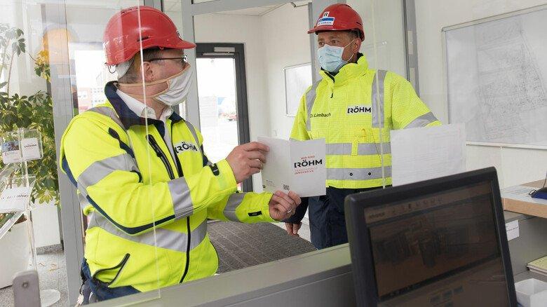 Richtig so? Am Werktor schaffen klare Regelungen sowie Beschilderungen erhöhte Sicherheit für Besucher und Mitarbeiter.