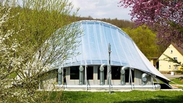 Membran als Dach: Sie speichert Wärme für den Eisbär-Pavillon in Denkendorf. Foto: ITV Denkendorf