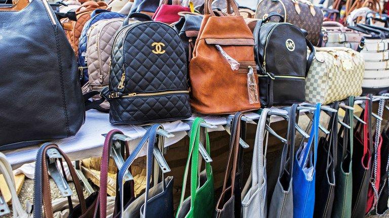 Fake-Taschen: Ein Stand mit gefälschten Markenprodukten auf einem Markt in Sineu auf  Mallorca.