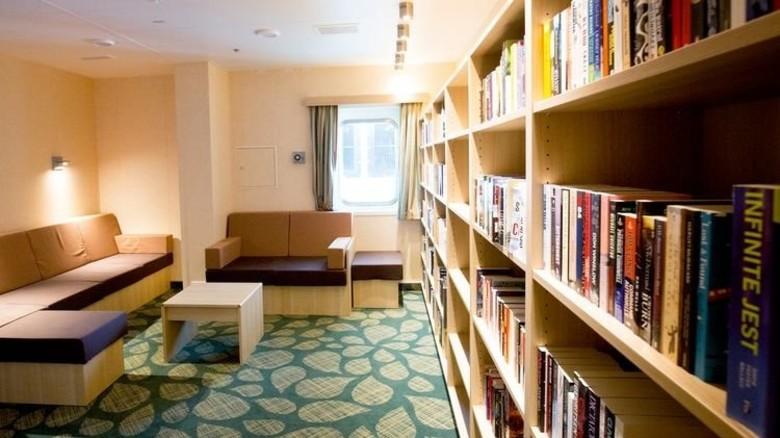 Die Plattform hat im Gemeinschaftsbereich auch eine gut bestückte Bibliothek. Foto: dpa
