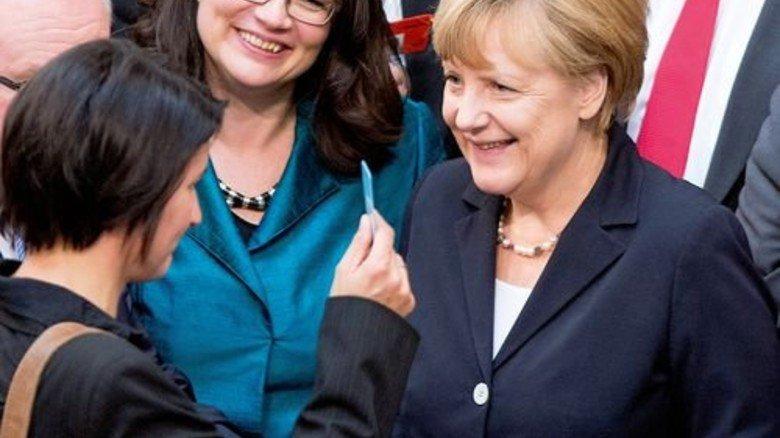 Seit' an Seit': Arbeitsministerin Andrea Nahles und Kanzlerin Angela Merkel bei der Bundestagsabstimmung über den Mindestlohn. Foto: dpa