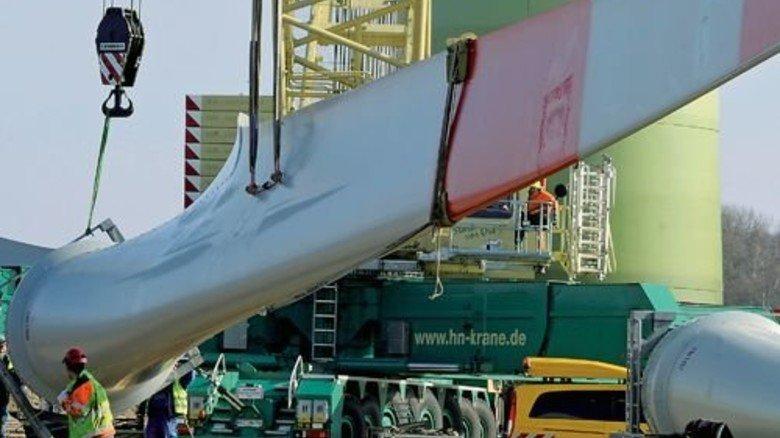 Schwer- und Leichtgewicht: Fasergelege geben riesigen Rotorblättern Stabilität... Foto: dpa