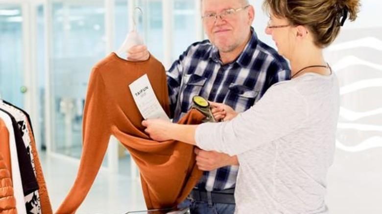 Warenschau: Roland Steinert und Mitarbeiterin Monika Wenger prüfen die Dicke eines Pullovers. Foto: Werk