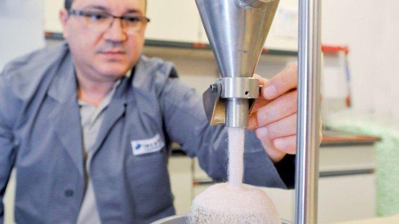 Rieselprobe: Laborleiter Hasan Sayin prüft mit einem speziellen Gerät die Qualität einer Charge. Foto: Sigwart