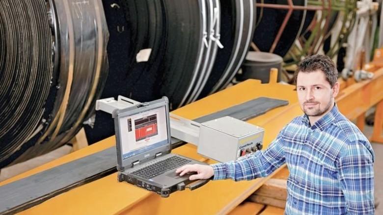 Vorausschauende Technik: Patrick Raffler von ContiTech präsentiert das System für Förderbänder. Foto: Werk