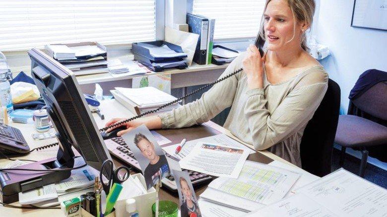 Im Büro: Die zweifache Mutter arbeitet 25 Stunden in der Woche. Foto: Roth