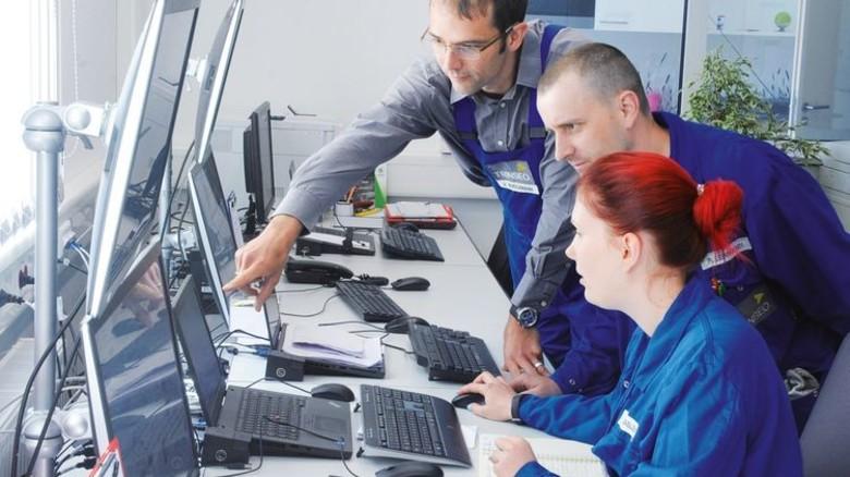 In de Messwarte: Jens Buschmann, René Lehmann und Mandy Kaßler (von links) sorgen im Team für gute Ergebnisse. Foto: Sturm