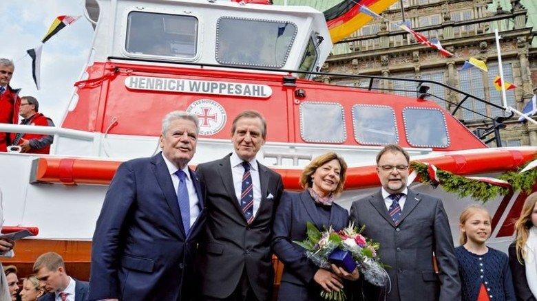 """Hoher Besuch: Zur Taufe der """"Henrich Wuppesahl"""", die bei Tamsen entstand, kam auch Bundespräsident Gauck mit Lebensgefährtin. Foto: dpa"""
