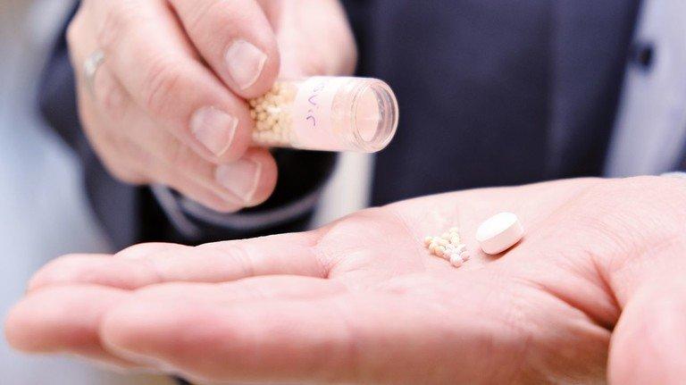 Leicht zu schlucken: Das feine Granulat lässt sich im Gegensatz zur Tablette leicht in Brei oder Joghurt einrühren.