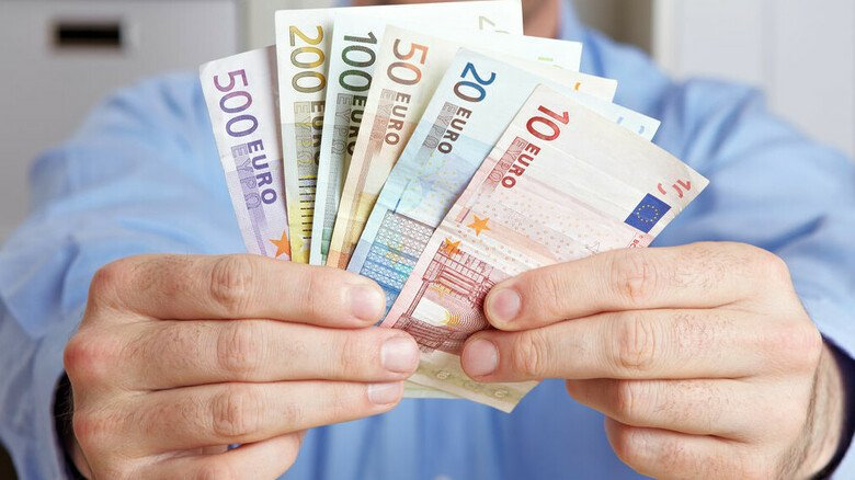 Erfreuliche Ersparnis: Wer seine Abfindung steuerlich vorteilhaft aufteilt, muss oft weniger Steuern zahlen.