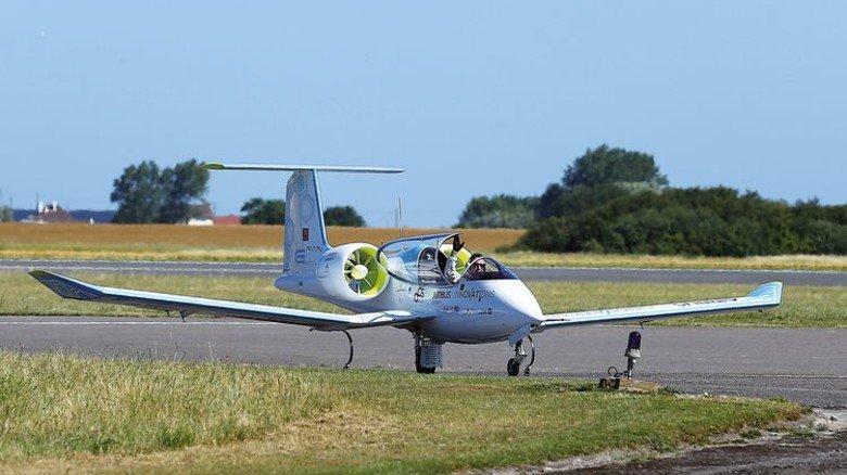 """Innovativ: Das Elektroflugzeug """"E-Fan"""" fliegt mit maximal 220 km/h. Foto: dpa"""